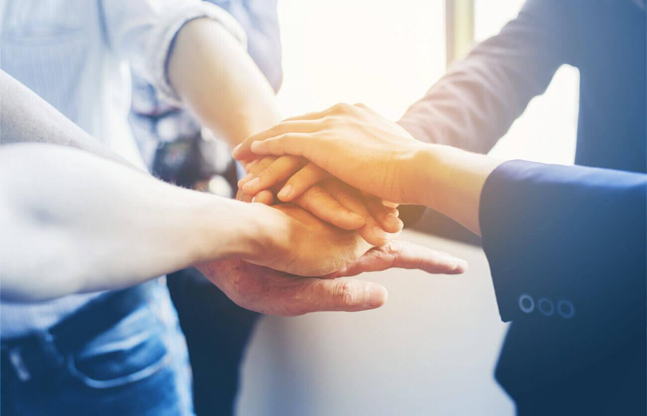 CMBMediala Imagen de manos unas sobre otras. En tiempos de incertidumbre, las empresas y sus trabajadores necesitan confianza y certezas