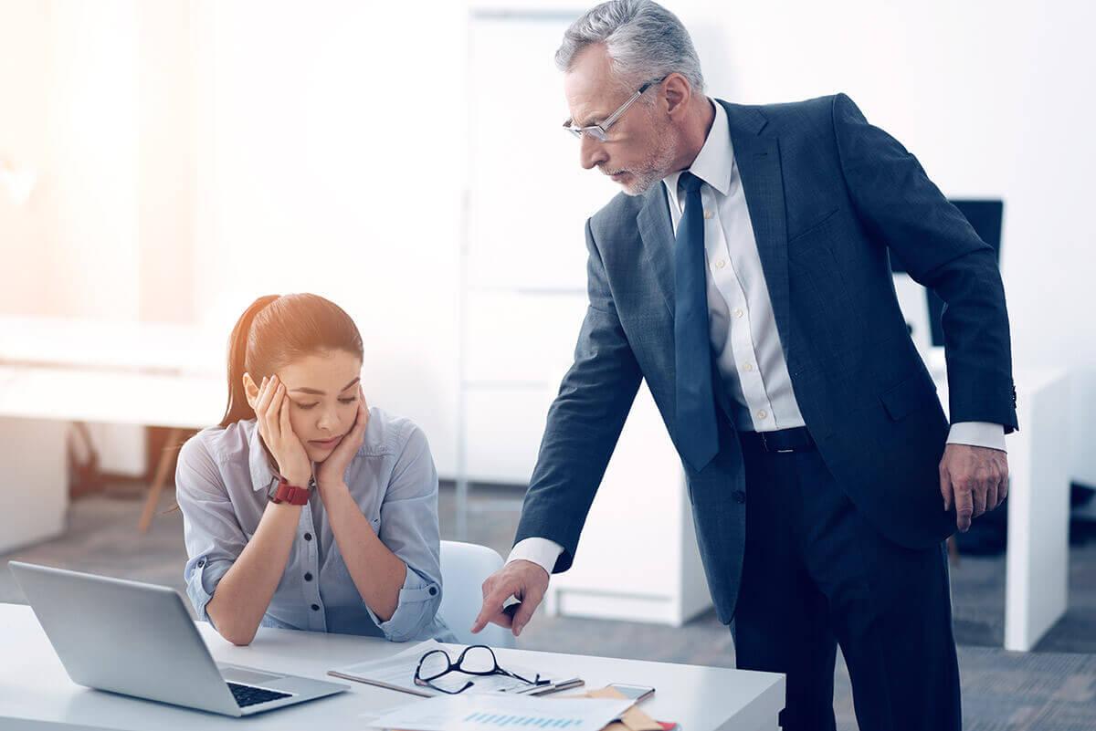 Imagen de jefe señalando un documento a una empleada CMBMediala Cuáles son los costes del conflicto en la empresa