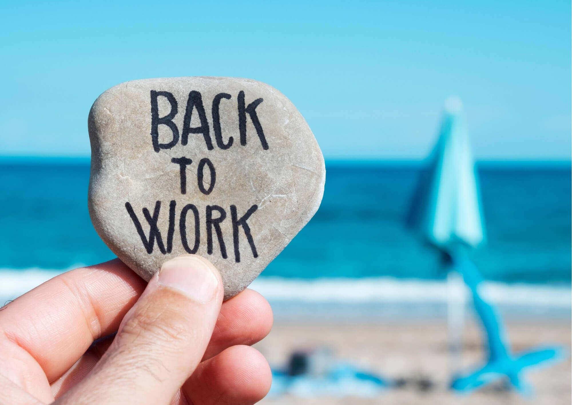 CMBMediala liderar equipos a la vuelta al trabajo. Vuelta al trabajo (Back to work) sobre piedra y al fondo la playa