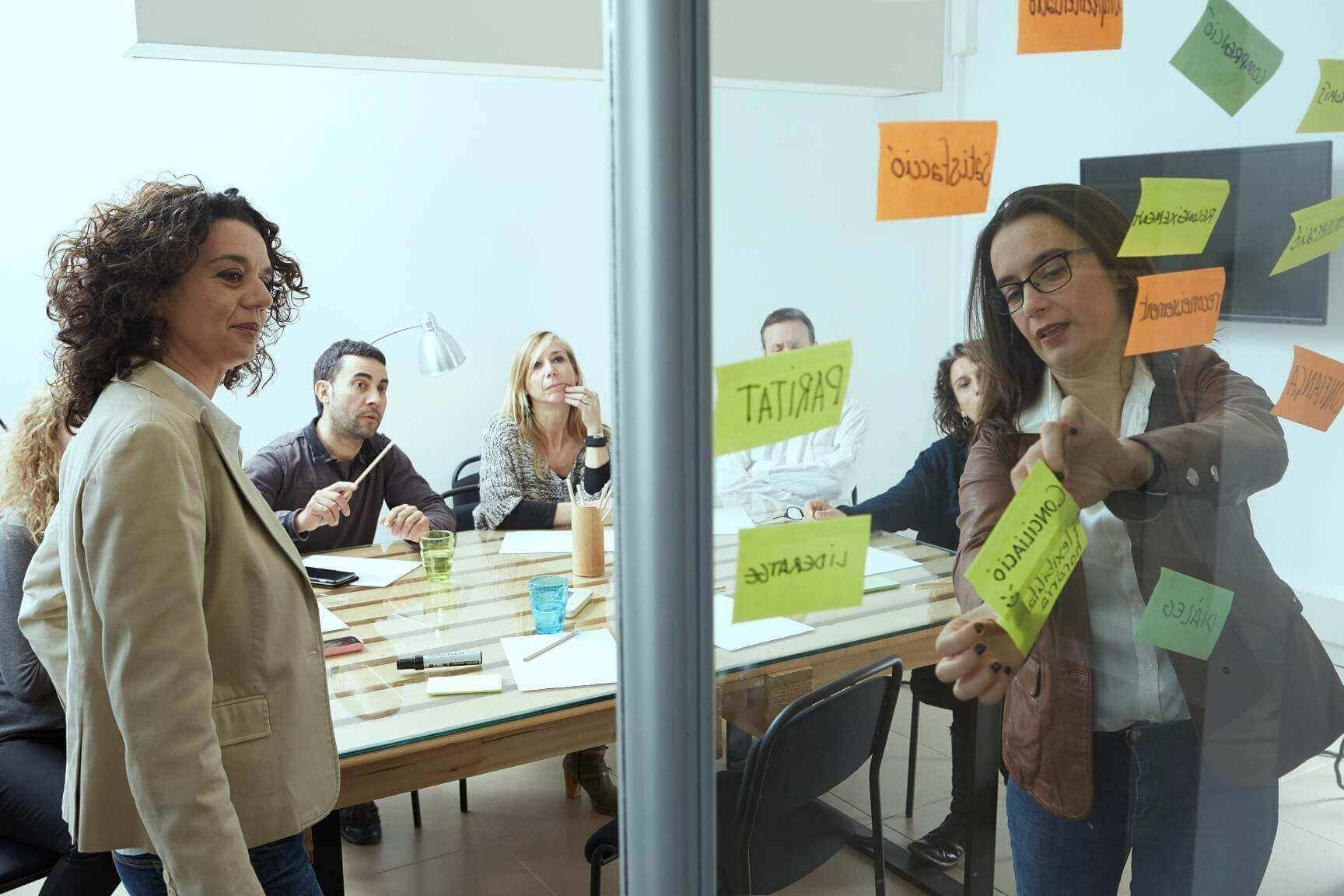 Carol Pinilla y Montse Mir en una reunión de CMBMediala con mediadores en organizaciones, la profesión del futuro