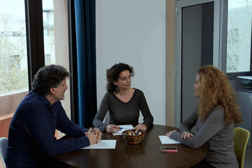 Carol Pinilla de CMNBMediala haciendo de mediadora con dos personas